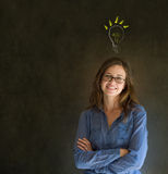 Έξυπνη σκεπτόμενη επιχειρησιακή γυναίκα ιδέας lightbulb Στοκ Εικόνες