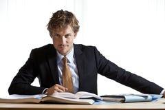 Έξυπνη συνεδρίαση επιχειρηματιών στο γραφείο Στοκ Φωτογραφία