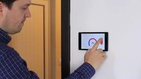 Έξυπνη συσκευή ελέγχου εγχώριου κλίματος σε έναν τοίχο φιλμ μικρού μήκους
