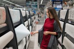 Έξυπνη ταπετσαρία αγοράς πελατών στην υπεραγορά αυτοκινήτων Στοκ φωτογραφία με δικαίωμα ελεύθερης χρήσης