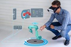 Έξυπνη τεχνολογία Iot φουτουριστική στη βιομηχανία 4 0 η έννοια, χρήση μηχανικών αύξησε τη μικτή εικονική πραγματικότητα στην εκπ στοκ εικόνα με δικαίωμα ελεύθερης χρήσης