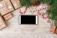Έξυπνη τηλεφωνική χλεύη επάνω με τις αγροτικές διακοσμήσεις Χριστουγέννων για app την παρουσίαση επάνω από την όψη Στοκ Φωτογραφία