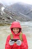 Έξυπνη τηλεφωνική γυναίκα που χρησιμοποιώντας app στο smartphone Στοκ φωτογραφία με δικαίωμα ελεύθερης χρήσης