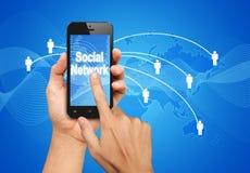 Έξυπνη τηλεφωνική οθόνη συμπίεσης χεριών για να συνδέσει το κοινωνικό δίκτυο Στοκ Εικόνες