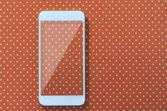 Έξυπνη τηλεφωνική φωτογραφία πέρα από το ολοκληρωμένο πορτοκαλί υπόβαθρο Στοκ φωτογραφίες με δικαίωμα ελεύθερης χρήσης
