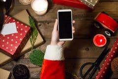 Έξυπνη τηλεφωνική χλεύη χρήσης Santa επάνω με ένα copyspace για τα Χριστούγεννα Στοκ εικόνα με δικαίωμα ελεύθερης χρήσης