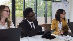 Έξυπνοι επιτυχείς multiethnic τραπεζικοί ανώτεροι υπάλληλοι ομάδων, αίθουσα συνεδριάσεων πόλεων συνεδρίασης που συζητούν τους μελ απόθεμα βίντεο