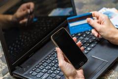 Έξυπνοι τηλέφωνο και υπολογιστής για τη σε απευθείας σύνδεση πληρωμή Στοκ Φωτογραφία