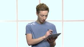 Έξυπνος έφηβος που μελετά χρησιμοποιώντας την ταμπλέτα PC απόθεμα βίντεο