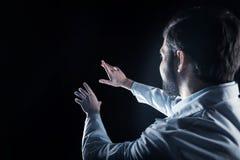 Έξυπνος αρσενικός επιστήμονας που εξετάζει την εικονική οθόνη Στοκ φωτογραφίες με δικαίωμα ελεύθερης χρήσης