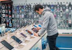 Έξυπνος αρσενικός πελάτης που επιλέγει την ψηφιακή ταμπλέτα Στοκ Φωτογραφία