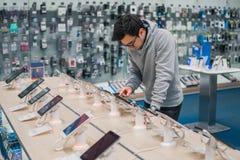 Έξυπνος αρσενικός πελάτης που επιλέγει το smartphone Στοκ Φωτογραφία