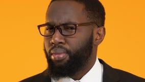 Έξυπνος διευθυντής αφροαμερικάνων στο κοστούμι που έχει την ιδέα, που ψάχνει τη λύση εργασίας φιλμ μικρού μήκους