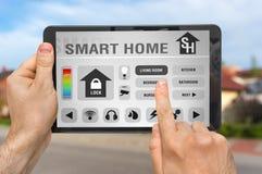 Έξυπνος εγχώριος έλεγχος app στην ταμπλέτα - έξυπνη εγχώρια έννοια στοκ φωτογραφία με δικαίωμα ελεύθερης χρήσης