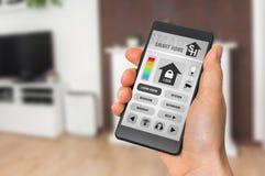 Έξυπνος εγχώριος έλεγχος app στο smartphone - έξυπνη εγχώρια έννοια στοκ εικόνες