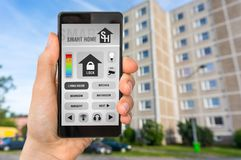 Έξυπνος εγχώριος έλεγχος app στο smartphone - έξυπνη εγχώρια έννοια στοκ φωτογραφίες με δικαίωμα ελεύθερης χρήσης