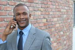 Έξυπνος επιχειρηματίας smiley ατόμων που καλεί τηλεφωνικώς Στοκ φωτογραφία με δικαίωμα ελεύθερης χρήσης