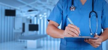 Έξυπνος ιατρός επιτυχίας με το λειτουργούν δωμάτιο Στοκ Εικόνες