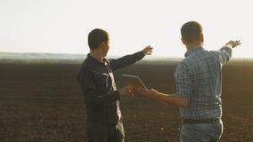 Έξυπνος καλλιεργώντας δύο αγρότες που χρησιμοποιούν τις σύγχρονες τεχνολογίες στη γεωργία Αγρότης γεωπόνων ατόμων με τον ψηφιακό  απόθεμα βίντεο