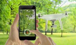 Έξυπνος κηφήνας τηλεφωνικού ελέγχου με app Πάρκο στο υπόβαθρο Στοκ φωτογραφία με δικαίωμα ελεύθερης χρήσης