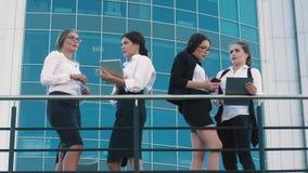 Έξυπνος-κοίταγμα επιχειρησιακές γυναίκες που κουβεντιάζουν στα επιχειρησιακά θέματα και συζήτηση της εργάσιμης ημέρας τους απόθεμα βίντεο