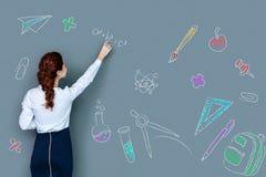 Έξυπνος νέος δάσκαλος που γράφει στον πίνακα ενώ όντας στην εργασία Στοκ εικόνες με δικαίωμα ελεύθερης χρήσης