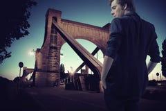 Έξυπνος νέος τύπος κατά τη διάρκεια του περιπάτου Στοκ Εικόνα