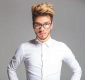 Έξυπνος νεαρός άνδρας που φορά τα γυαλιά θέτοντας Στοκ Φωτογραφία
