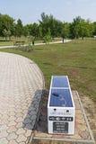 Έξυπνος πάγκος στο πάρκο πόλεων μιας σύγχρονης κωμόπολης Tiszaujvaros στην Ουγγαρία στοκ φωτογραφία