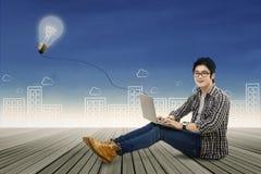 Έξυπνος σπουδαστής που μελετά με το lap-top Στοκ φωτογραφία με δικαίωμα ελεύθερης χρήσης