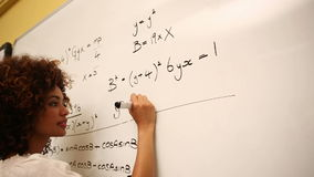 Έξυπνος σπουδαστής που λύνει math τα προβλήματα στο whiteboard απόθεμα βίντεο