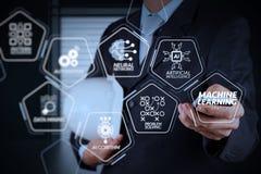 Έξυπνος τηλεφωνικός υπολογιστής χρήσης χεριών επιχειρηματιών με το εικονίδιο ηλεκτρονικού ταχυδρομείου Στοκ φωτογραφία με δικαίωμα ελεύθερης χρήσης