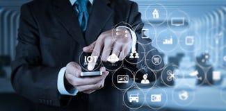 Έξυπνος τηλεφωνικός υπολογιστής χρήσης χεριών επιχειρηματιών με το εικονίδιο ηλεκτρονικού ταχυδρομείου ως con στοκ φωτογραφία