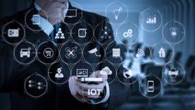 Έξυπνος τηλεφωνικός υπολογιστής χρήσης χεριών επιχειρηματιών στοκ εικόνα