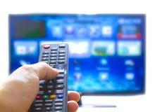 Έξυπνος τηλεχειρισμός πίεσης TV και χεριών στοκ εικόνες με δικαίωμα ελεύθερης χρήσης