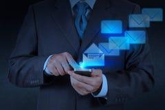 Έξυπνος τηλεφωνικός υπολογιστής χρήσης χεριών επιχειρηματιών στοκ φωτογραφία με δικαίωμα ελεύθερης χρήσης
