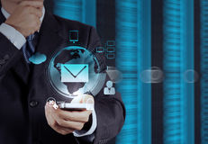 Έξυπνος τηλεφωνικός υπολογιστής χρήσης χεριών επιχειρηματιών στοκ φωτογραφίες με δικαίωμα ελεύθερης χρήσης