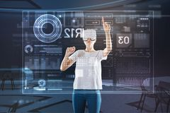 Έξυπνος υπεύθυνος για την ανάπτυξη Ιστού που φορά τα γυαλιά και την εργασία εικονικής πραγματικότητας Στοκ εικόνα με δικαίωμα ελεύθερης χρήσης