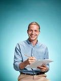 Έξυπνος χαμογελώντας σπουδαστής με το σημειωματάριο εκμετάλλευσης μεγάλης ιδέας Στοκ φωτογραφία με δικαίωμα ελεύθερης χρήσης
