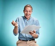Έξυπνος χαμογελώντας σπουδαστής με το σημειωματάριο εκμετάλλευσης μεγάλης ιδέας Στοκ Εικόνες