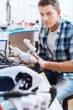 Έξυπνο άτομο που εργάζεται με το μηχανισμό κηφήνων στοκ εικόνες