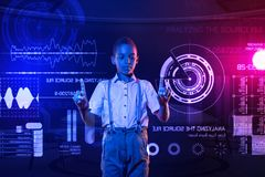 Έξυπνο αγόρι που συγκρίνει τα συστήματα ασφαλείας και σχετικά με την οθόνη Στοκ Εικόνες