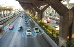 Έξυπνο αυτοκίνητο, μόνος-οδηγώντας όχημα τρόπου με το σύστημα σημάτων ραντάρ στοκ φωτογραφία με δικαίωμα ελεύθερης χρήσης