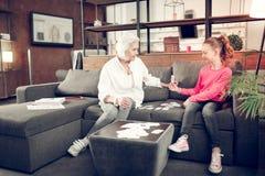 Έξυπνο επιμελές κορίτσι που αισθάνεται ευτυχές μελετώντας με τη γιαγιά στοκ φωτογραφίες με δικαίωμα ελεύθερης χρήσης
