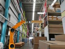 Έξυπνο εργοστάσιο αποθήκευσης προϊόντων βραχιόνων βιομηχανίας ρομπότ στοκ εικόνα