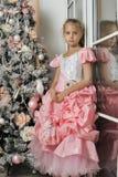 Έξυπνο κορίτσι σε ένα ρόδινο φόρεμα Στοκ φωτογραφία με δικαίωμα ελεύθερης χρήσης