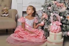 Έξυπνο κορίτσι σε ένα ρόδινο φόρεμα Στοκ εικόνα με δικαίωμα ελεύθερης χρήσης