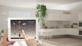 Έξυπνο μακρινό εγχώριο σύστημα ελέγχου σε μια ψηφιακή ταμπλέτα Συσκευή με app τα εικονίδια Μουτζουρωμένο εσωτερικό της άσπρης κου Στοκ φωτογραφίες με δικαίωμα ελεύθερης χρήσης