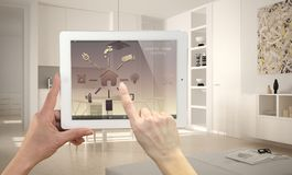 Έξυπνο μακρινό εγχώριο σύστημα ελέγχου σε μια ψηφιακή ταμπλέτα Συσκευή με app τα εικονίδια Μινιμαλιστική σύγχρονη φωτεινή κουζίνα Στοκ Φωτογραφίες