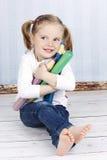 Έξυπνο μικρό κορίτσι που κρατά τα μεγάλα κραγιόνια Στοκ φωτογραφίες με δικαίωμα ελεύθερης χρήσης